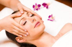 masáž hlavy ženy